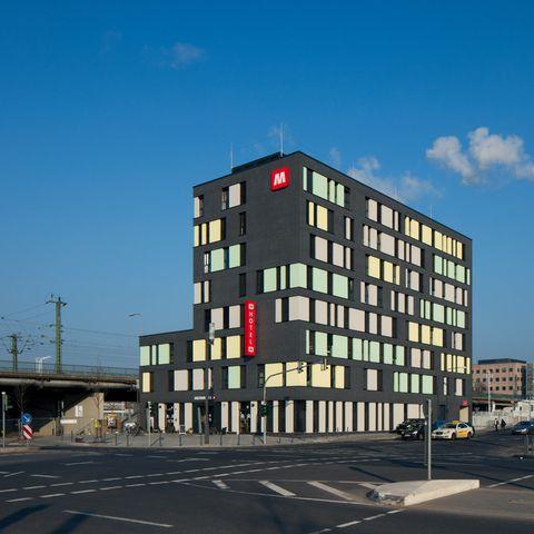 Meininger-Hotel-Aussenansicht-1_869.jpg