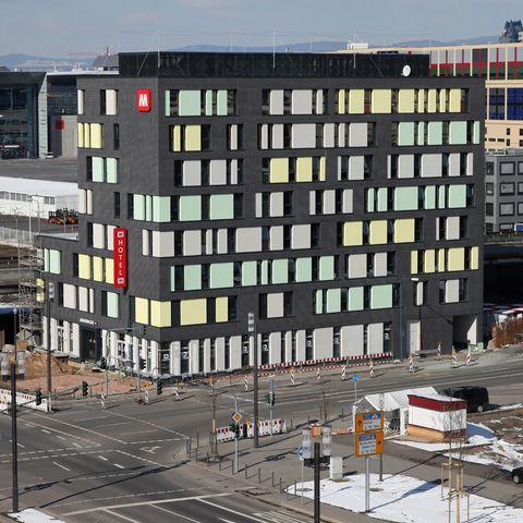 Meininger-Hotel-Aussenansicht-2_870.jpg